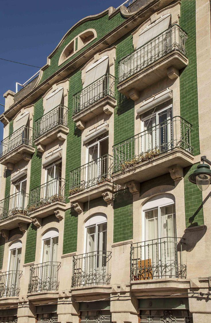 Las viviendas Bartolomé J. Gallardo nº 1, 3 y 5, e conciben en 1905 como un conjunto simétrico con dos edificios laterales tratados en color y uno central en piedra natural. #Alcoy #Alcoi Ruta Europea del #Modernismo