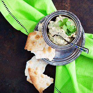 Hummus lieben wir sehr. Ob als Dip vorne weg oder aber auch zu gegrilltem Fleisch und Fisch. Der Koriander und die Petersilie ergeben eine erfrischende Abwechslung zur klassischen Variante. Sabine …