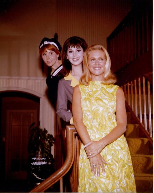 Elizabeth Montgomery, Judy Carne & Marlo Thomas (1966 ABC Promo Photo)  On the Stephens' stairwell! So cute.  // from mudwerks (originally from azuldeprusia)
