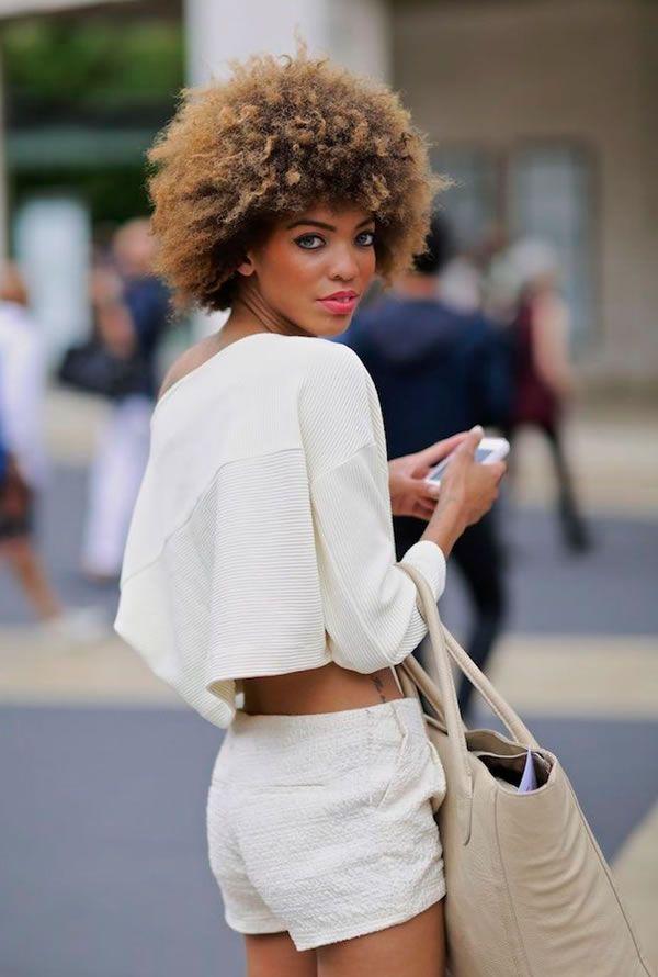 Look verão todo branco com shorts e blusa cropped.