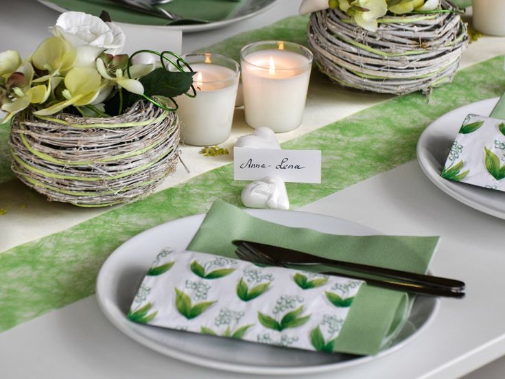 Tischdeko zur Hochzeit mit hellgrünem Tischband mit weißen Kerzen