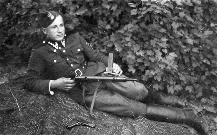 """Zdjęcia od Lucjana Deniziaka, od stycznia 1947 żołnierza w oddziale Narodowego Zjednoczenia Wojskowego sierżanta Ryszarda Sosnowskiego """"Wydry"""" - sesja wykonana latem 1947."""