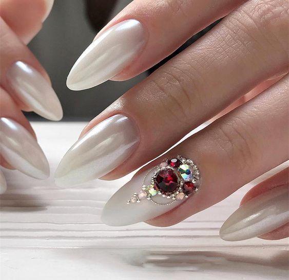 Schöne Mandel lange weiße Nägel mit Edelstein für 2019 – Nails
