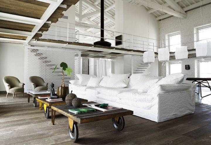 Il divano oversize di Linteloo disegnato da Paola Navone con i vecchi carrelli industriali e le poltroncine dipinte di grigio (in attesa del nuovo rivestimento) rendono particolarmente intima e comoda la zona conversazione