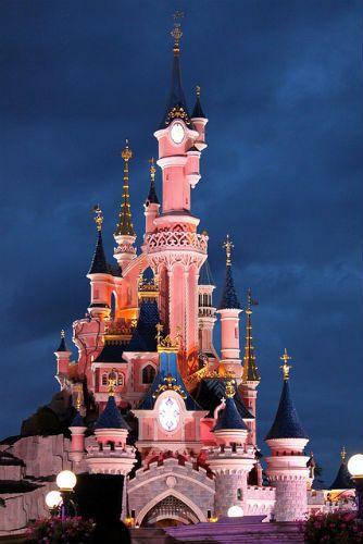 ロサンゼルスのディズニーランドの夜。眠れぬ森の城が幻想的。ロサンゼルス 観光・旅行の見所!