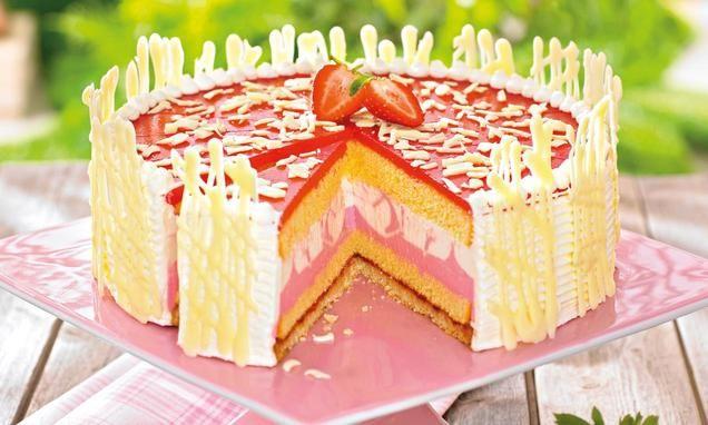 Eine festliche Torte mit Erdbeeren und Holunderblüten-Sirup für den Sommer