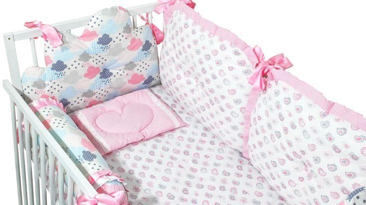 """Protetor do Berço """"Nuvens cor-de-rosa"""". Protetor do Berço inclui 8 peças. – 1 almofada chouriço de 60cm. – 1 almofada de dormir 37x28cm. – 2 almofadas laterais 60x40cm. – 2 almofadas (pés e cabeça) 60x40cm. – 1 Guarda fraldas 40x40cm. – 1 Colcha 130x70cm. Tecido-100% algodão. Enchimento-dracalon e fibra de algodão sintético. O produto pode ser lavado na máquina sem necessidade de retirar o enchimento. Algodão sintético e antialérgico e permite a secagem rápida."""