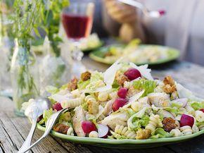 Caesarsallad eller pastasallad? Varför välja! Gör den klassiska caesarsalladen matigare genom att addera kyckling och pasta. Rädisor är också gott till!