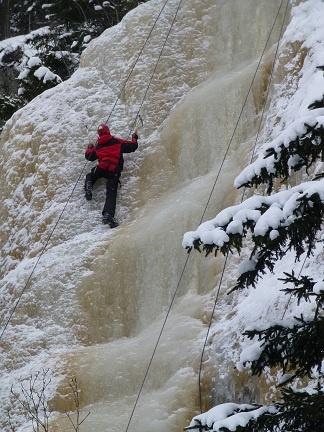 Høyt, glatt, stive armer og litt skummelt!          Før vinterferien var klassen i friluftsliv programfag på isklatring. Med stegjern på beina, hjelm på hodet og et trygt tau festet i en klatresele fikk hele gjengen prøve seg i den 15 meter høye isfossen.