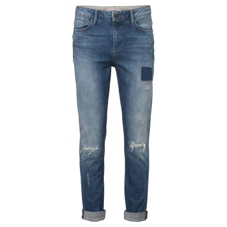 Lekker rauw, deze 5-pocket girlfriend jeans! De losse fit met de hoge taille maken deze stonewashed denim super comfortabel. Door de scheuren, zigagnaden, geknipte lapjes en de verfspatters is het alsof je net je huis hebt verbouwd in deze broek. Juist daardoor kun je je lekker jezelf voelen in deze stoere jeans.