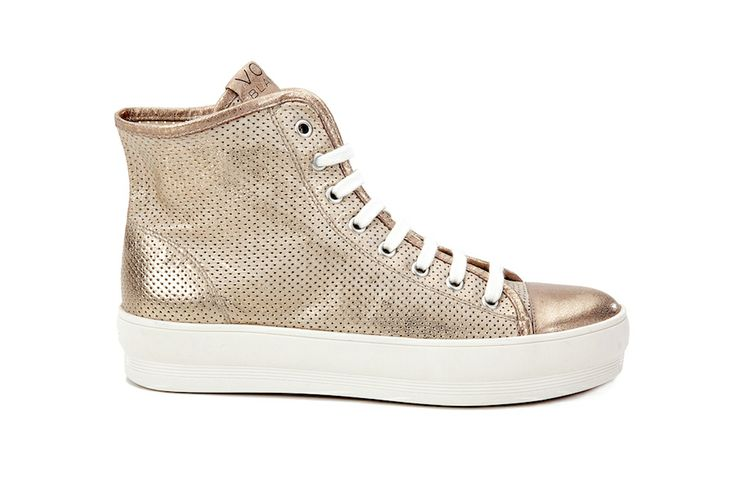 LITHE - Gold high #sneakers. Lace-up ankle sneakers in gold delavè perforated laminated calfskin, with high box bottom. These essential sneakers are the perfect compromise between wedge sneakers and flat lace-up sneakers, and are ideal for those who want sneakers that make you look taller and slimmer.