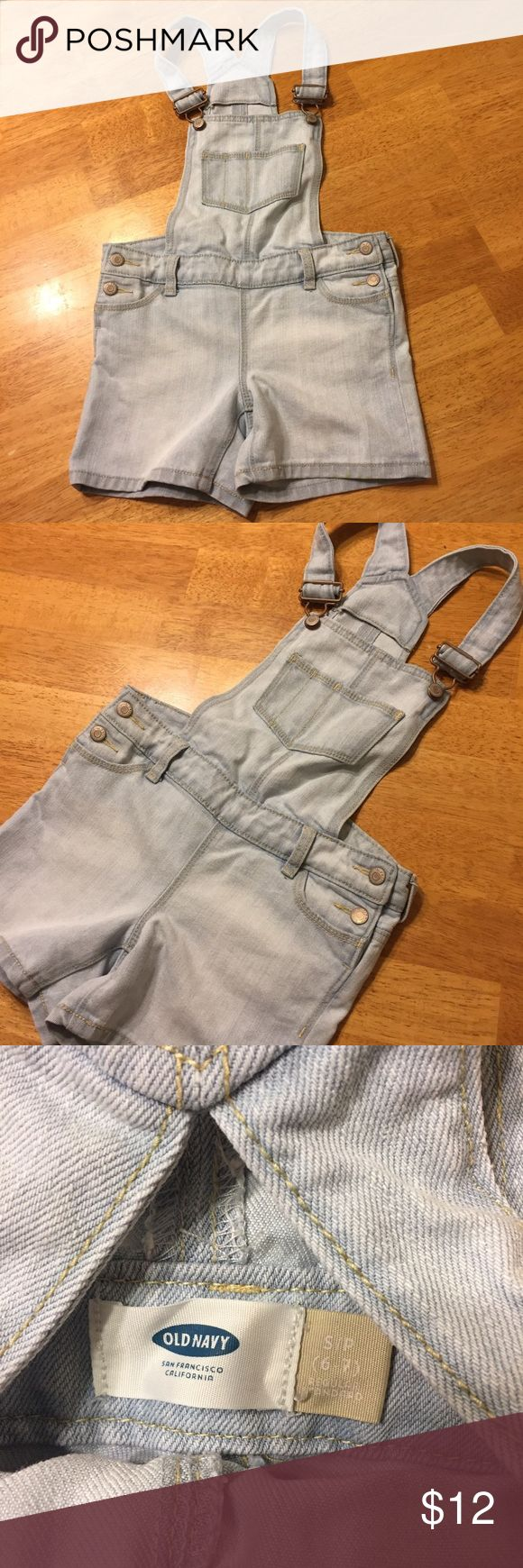 Old Navy overalls Old Navy overall shorts in excellent condition. Size small (6-7). Bundle with other girls' clothes to save! Old Navy Bottoms Shorts