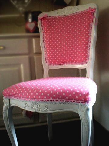Oud is Nieuw knapt #meubels op door deze te voorzien van een nieuwe afwerking, #kleur of #stoffering. Hierdoor ontstonden er prachtige #producten. #Stoelen met een jute postzakbekleding, vrolijke #tafels in allerlei #kleuren en #poefs van #Pip studio #materiaal.