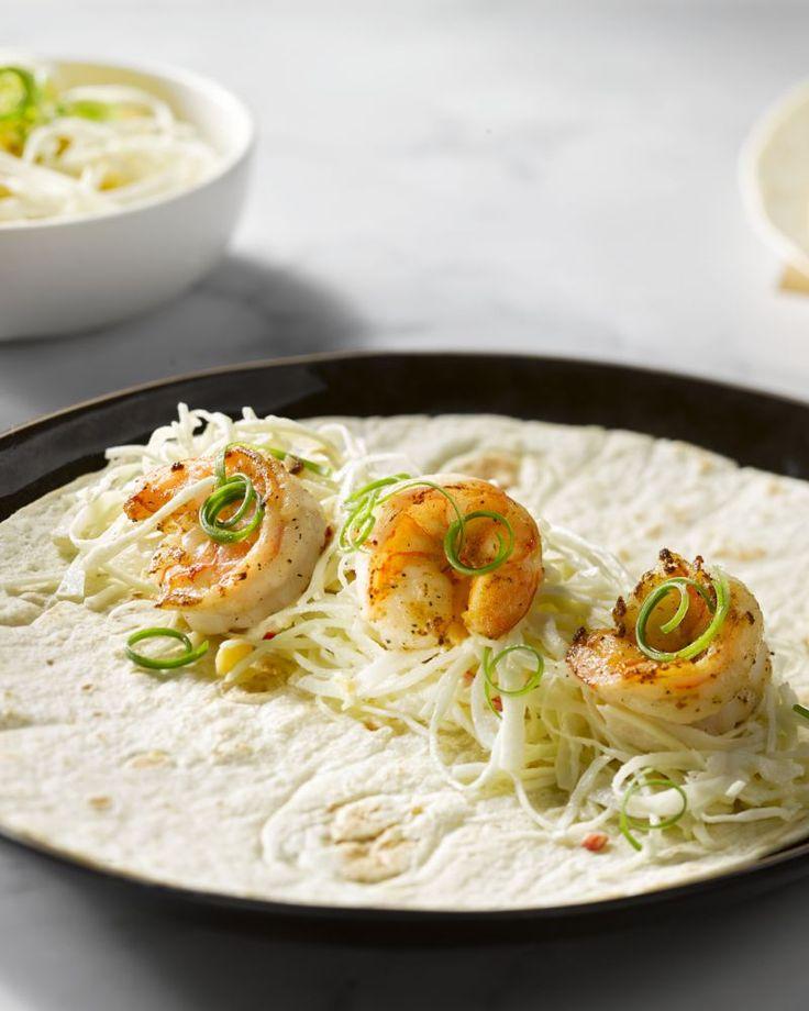 Deze taco's met scampi en koolsla zijn een lekkere variant op de typisch Mexicaanse taco. Een ideale combinatie met het frisse sausje van zure room.