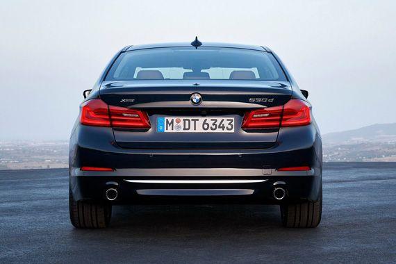 Седан BMW 5-серии 2017 / БМВ 5-серии 2017 – вид сзади