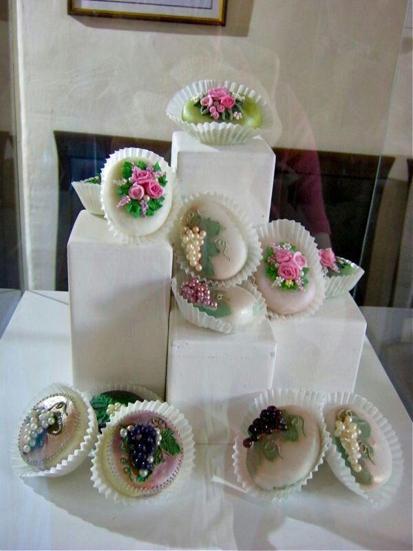 Oliena- Questo tipo di dolci, nella tradizione sarda coronava degnamente le feste più importanti della vita, battesimi cresime o matrimoni... oggi si usano anche fuori dalle festività canoniche, ma sempre in occasioni speciali... Sicuramente buonissimi.... ma talmente belli che manca il coraggio di mangiarli!!!