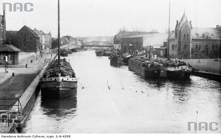 Widok z Mostu Teatralnego na przystań Lloydu Bydgoskiego z barkami przy nabrzeżu.