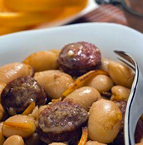 Ένας συνδυασμός που βγάζει τους γίγαντες από την κλασική και βαρετή εκδοχή τους. Το πάντρεμα του πικάντικου λουκάνικου με την αρωματική φλούδα εσπεριδοειδών και τη βελούδινη υφή των μαγαλόκαρπων φασολιών, μεταμορφώνει στην κυριολεξία ένα κλασικό παραδοσιακό ελληνικό πιάτο σε γκουρμέ έδεσμα