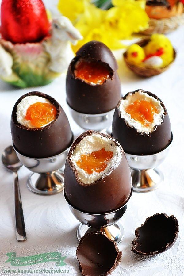 Azi va prezentam Oua de ciocolata umplute, un desert cu care veti face senzatie si o surpriza placuta copiilor de Sarbatorile Pascale. Este un dulce ce se prepara rapid. Speram sa va placa ideea si o veti pune si voi in aplicare… Ingrediente Oua de ciocolata umplute : 125 g mascarpone coaja rasa de la