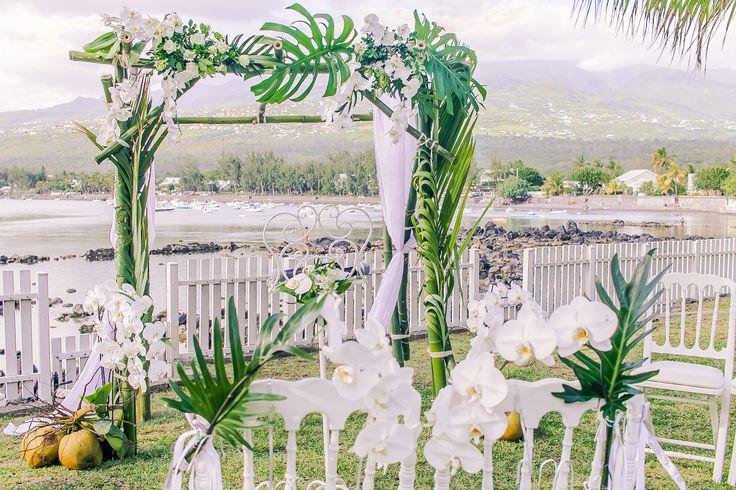 Les kms qui les séparaient de la Réunion, n'ont pas empêché notre couple d'organiser leur rêve de mariage sous le soleil et les palmiers d'une île si chère à leur coeur.  Et notre mariée qui est aussi fleuriste a apporté sa touche personnelle à ce moment unique.
