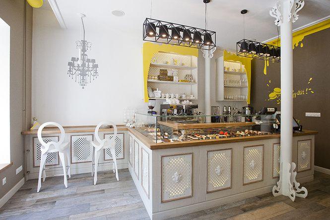 У столичных сладкоежек появилось новое место паломничества. Кафе-кондитерская Honey на Подоле манит не только своими кулинарными изысками. Интерьер в заведении получился тоже вкусным, медовым. Как не принять игру ассоциаций,…