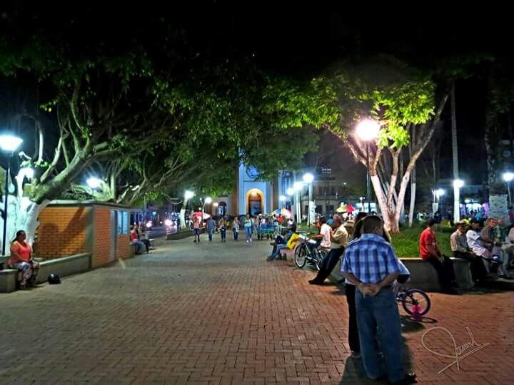 Caicedonia nocturna...cualquier noche Foto por Manuelti Bermúdez Caicedonia  #ValledelCauca   #Colombia
