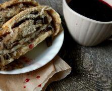 Z grzybów, kapusty i drożdżowego ciasta powstał podlaski kulebiak. Jednym kojarzy się z wigilią Bożego Narodzenia, innym z Wielkanocą, a ja zrobiłam go teraz, bo nie mogłam się oprzeć świeżym grzybom. /Ania więcej o kulebiaku: http://mlodywschod.pl/kuchnia-2/smaki-podlaskiego-kulebiak-z-kapusta-lesnymi-grzybami/