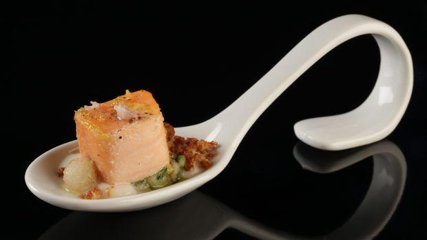 Tobias kocht Lachs mit Gurken-Birnen-Salat, zweierlei Blumenkohl und Räucherbirne. Das ganze Rezept gibt's auf sat1.de!