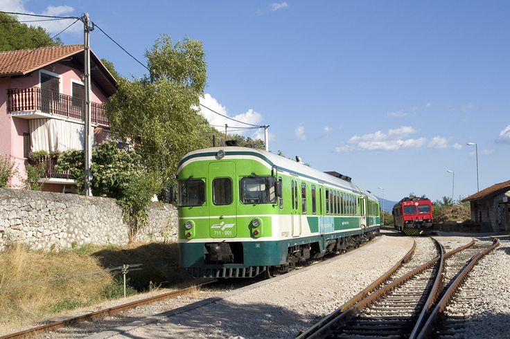Am 15. August 2017 wartet SŽ 711 001/002 als LP 7706 nach Divača im slowenisch/koatischen Grenzbahnhof Buzet auf die Abfahrt, wärend HŽPP 7122 005 kurz darauf als P 4715 in Richtung Pula aufbrechen wird.