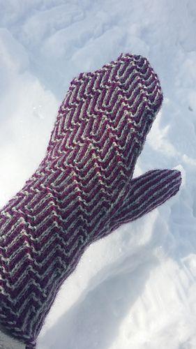 Tvåändsstickade vantar med mönster i flerfärgskrus.