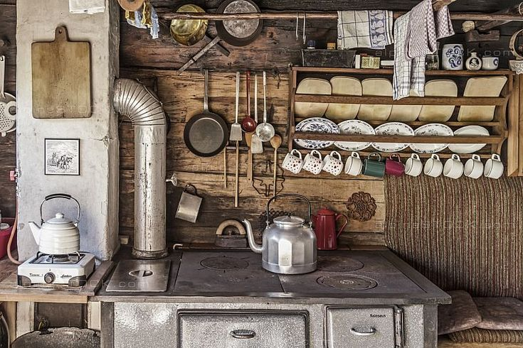 Küche mit Herd und Geschirr in alter Almhütte