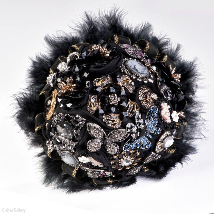Buchet din brose negru cu pene de lebada #mirese #nunti #brose