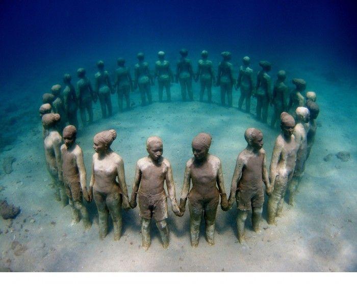 カリブ海 美しい海に沈む神秘的な彫刻はグレナダの必見ポイント -世界の不思議な観光名所