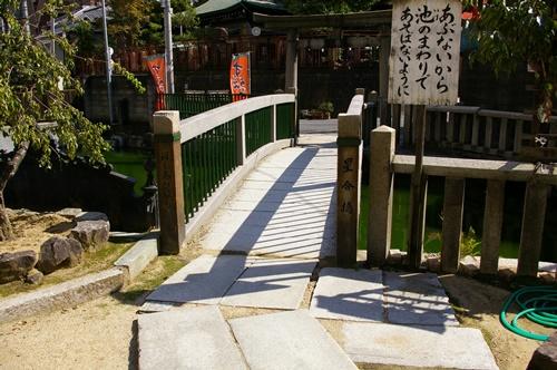 池にかかる橋