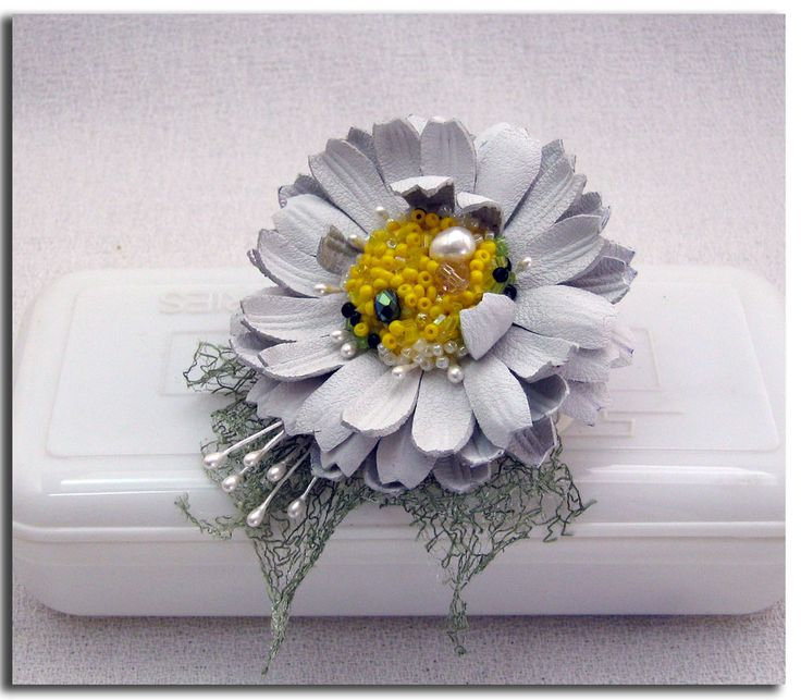 Handcrafted leather daisy (flowers, crafts, DIY)  http://www.leatherblooms.com/2013/03/10/itty-bitty-daisy/