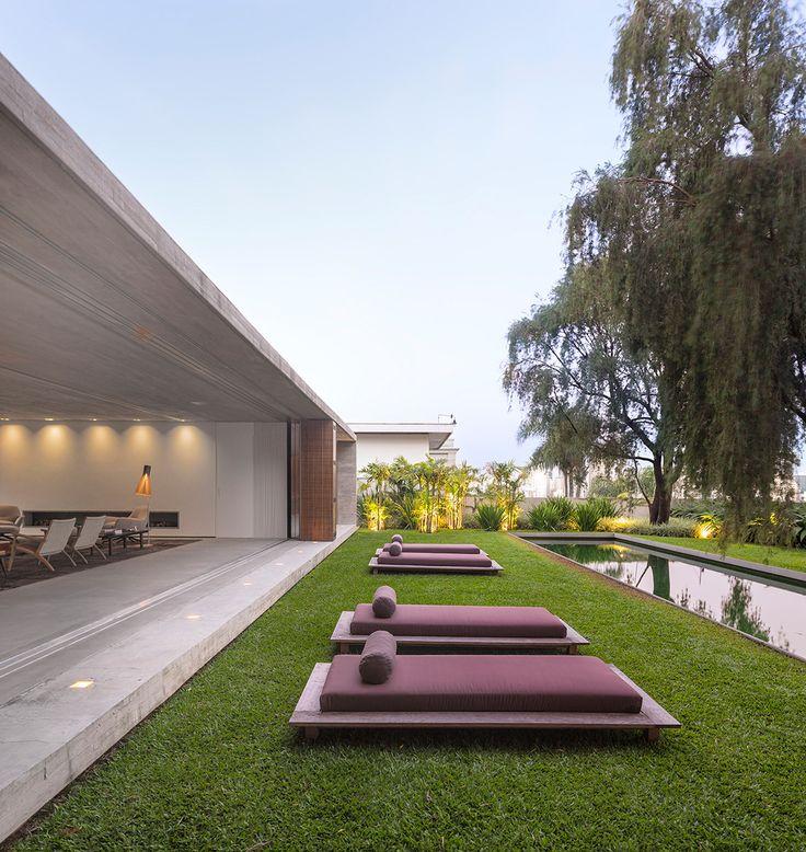 Líneas rectas | El brasileño Marcio Kogan firma esta vivienda paulista que cumple el anhelo de todo arquitecto: la integración. Apostó en ella por jugar con la diferencia y la dualidad vacío-lleno, con áreas más o menos privadas, que dan al interior o al exterior, con o sin vistas a la ciudad. Una hilera de tumbonas frente a la piscina invitan a descansar.