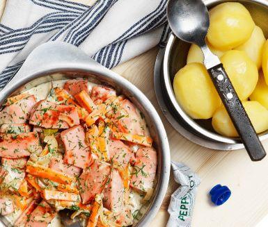 Här är ett smakrikt och spännande recept på pepparrotsfalukorv med dill och morötter. Kombinationen falukorv, pepparrot, dill och morötter skapar en kulinarisk rätt som uppskattas hos både vuxna och barn. Servera gärna falukorven med potatis!