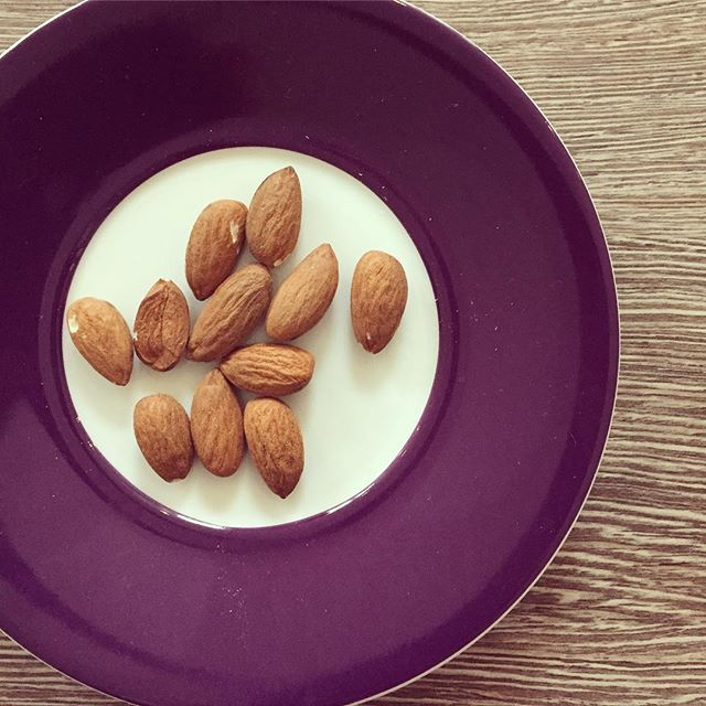Keep your snacking healthy with almonds 🙌🏻 - curve your appetite ✅ - full of protein ✅ - loads of variations ✅ - #akafit #itsalifestyle #bodylove --- www.akafit.co.uk