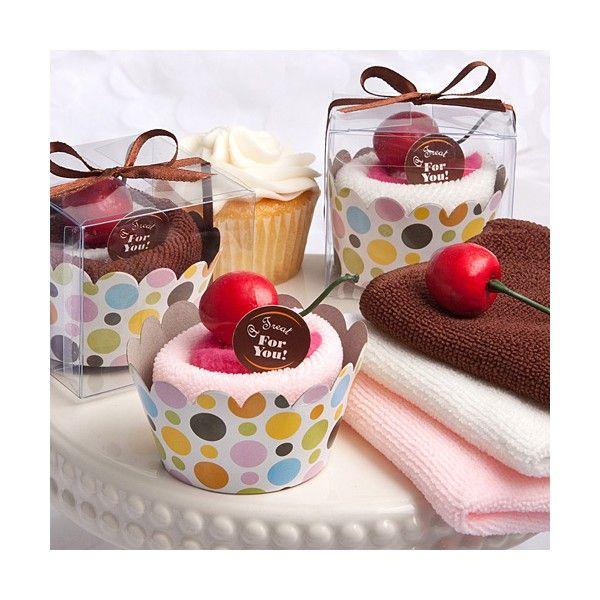 Gli esclusivi dolci-asciugamano possono essere usati in ogni occasione. La salvietta  in cotone è avvolta a forma di cupcake con una ciliegia come decorazione e chiusa  in un apposito box trasparente con una grafica a pois che rifinisce il pirottino  che contiene il nostro cupcake.  I colori sono assortiti tra marrone cioccolato con marshmallow bianco, vaniglia  con ricciolo rosa fragola e rosa fragola con una più scura tonalità sempre di rosa  posta al centro.  Il prezzo è riferito al ...
