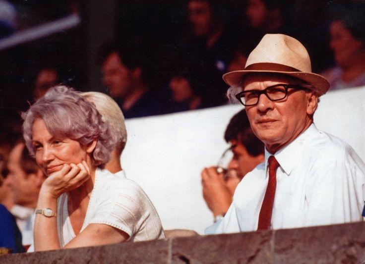 Margot und Erich Honecker um 1979 bei einer Parade in Berlin
