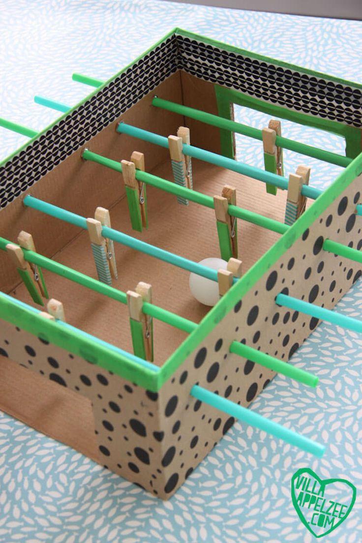 caja de zapatos reciclada transformada en un futbolín