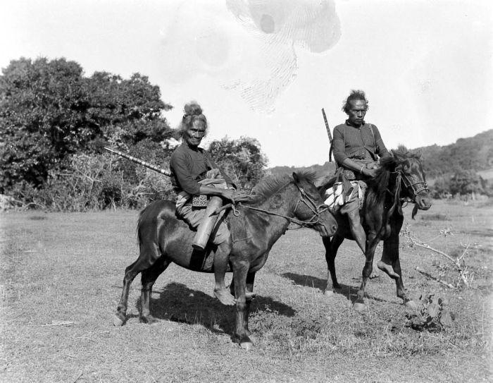 COLLECTIE TROPENMUSEUM Mannen uit Amarasi te paard.