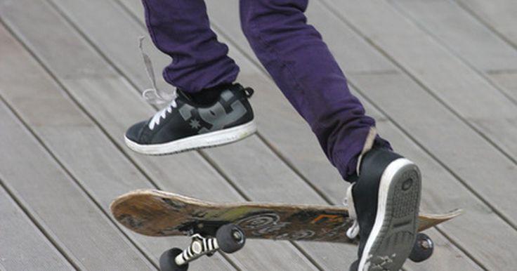 """Cómo lograr el estilo de cabello skater. El peinado """"skater"""" (patinador) representa una actitud despreocupada y se observa con mayor frecuencia en los adolescentes. Sin embargo no tienes que andar en monopatín para usar un peinado """"skater"""". La actitud relajada, atrevida de alguien que realiza trucos arriesgados no te hará daño a la hora de cambiar tu estilo. Este corte también se conoce ..."""