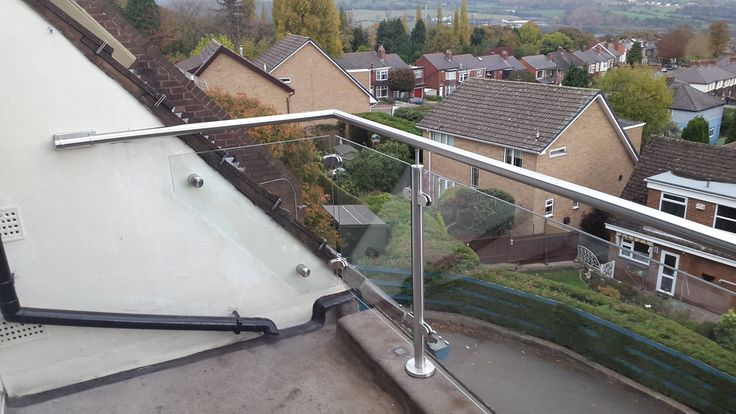Glass balcony balustrade design in Sheffield with stainless steel tubular fittings.