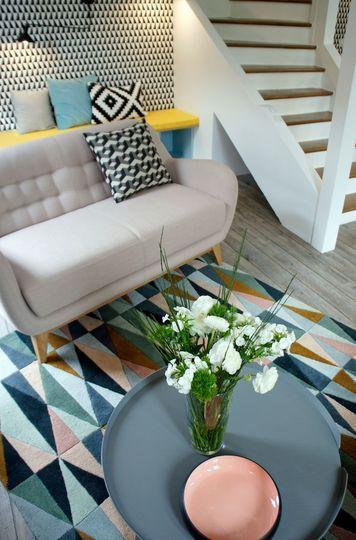 Un tapis graphique dans le salon scandinave - Design scandinave pour un séjour rénové de 38m2 - CôtéMaison.fr