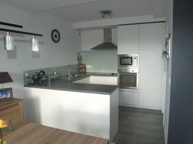 Appartement te huur in Grobbendonk - 2 slaapkamers - 650 € - Logic-immo.be - Charmant appartement op de eerste verdieping met zicht op de Netevallei, bestaande uit: inkomhall met gastentoilet, vestiaire, leefruimte, ingerichte open keuken met berging, badkamer met ligbad en ap...