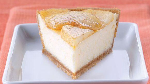 Μια εύκολη συνταγή για ένα υπέροχο Cheesecake με τραγανή μπισκοτένια βάση, αφράτη νόστιμη ψημένη γέμιση κρέμας τυριού, καλυμμένο με μήλα αρωματισμένα με κα