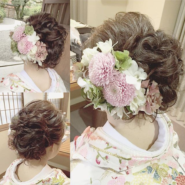 《白無垢》や《色打掛け》などの和装姿をふんわり可愛らしく演出したいのであれば、大ブームのお花を飾った 「洋髪」 がオススメ♪  インスタから、タイプ別・全30枚のヘアアレンジ画像を集めたので、ぜひチェックしてみてください☆  | ページ2