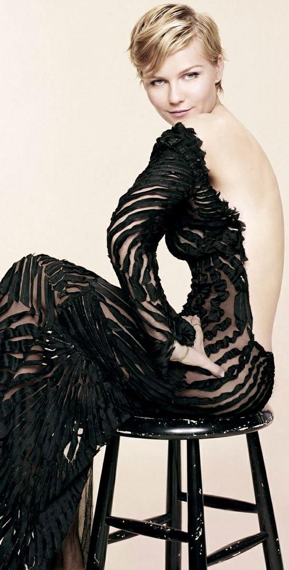 Kirsten Dunst wearing an amazing dress (designer unknown).