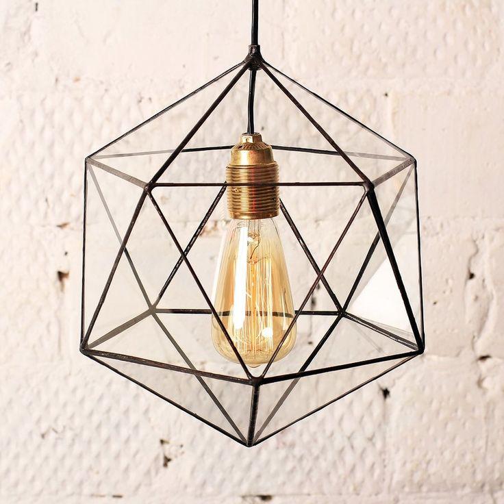 Витражная люстра в форме икосаэдра с ретро-лампочкой Эдисона прекрасно дополнит интерьер дома, офиса в стиле лофт, кафе, гармонично вписавшись в концепцию дизайна пространства. Мягкий свет ретро-лампочек Эдисона создает по-настоящему уютную домашнюю атмосферу. Лампочки входят в каждый комплект светильников и люстр. Диаметр - 30 см Материалы: стекло, припой, патина, медная фольга В комплект включены: люстра, патрон, провод длиной 2 м, ретро-лампочка, стакан для подвешивания к потолку.